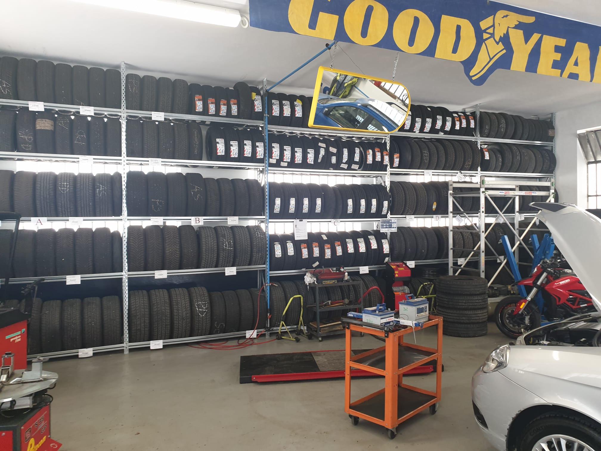 Scaffalatura porta pneumatici autoportanti